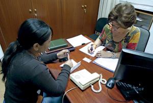 Belén Cámara, voluntaria de Cáritas en un servicio de escucha a los parados