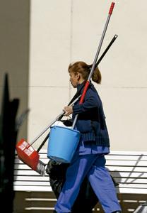 mujer señora de la limpieza