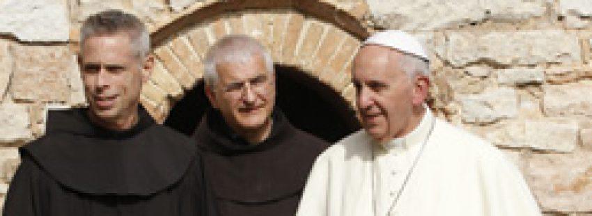 papa Francisco visita Asís, celda de San Francisco con los franciscanos, 4 de octubre 2013