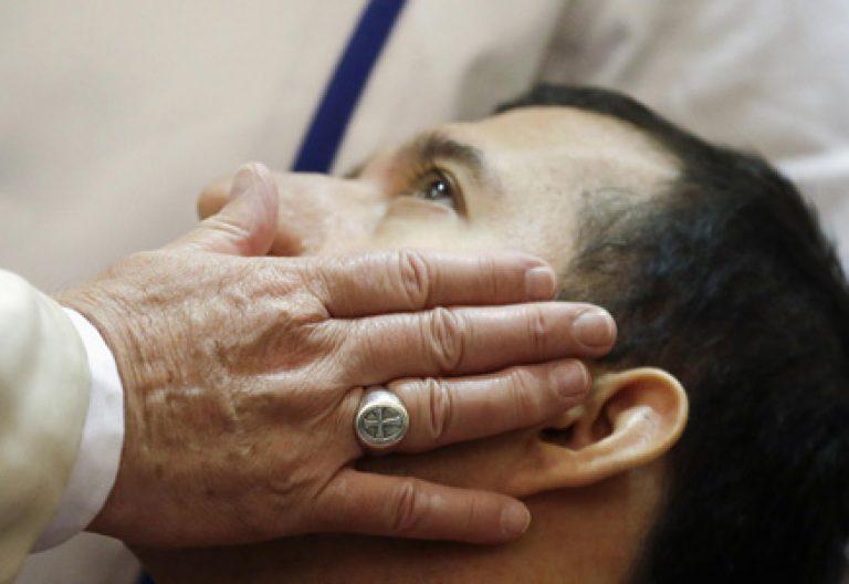 papa Francisco visita Asís, niños enfermos y discapacitados en el Instituto Seráfico, 4 octubre 2013