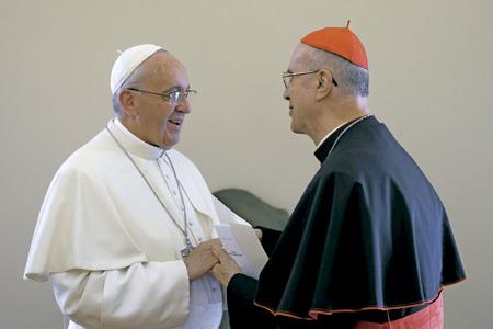 papa Francisco y cardenal Bertone en la ceremonia de despedida como secretario de Estado 15 octubre 2013
