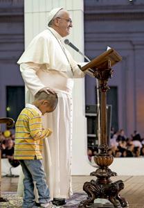 papa Francisco acaricia a un niño durante el Encuentro Mundial de las Familias con motivo del Año de la fe octubre 2013