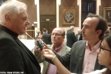Gerhard Muller con José Lorenzo y otros periodistas durante las Jornadas de Teología de Comillas