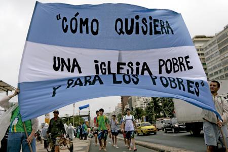 Cómo quisiera una Iglesia pobre y para los pobres, mensaje en una bandera de jóvenes argentinos participantes en la JMJ Río 2013