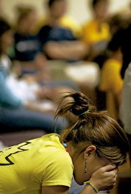 chica joven sola pensando o rezando