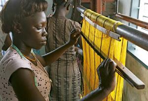 mujer africana tejedora fabrica ropa