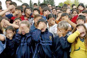 grupo de niños se tapan los ojos
