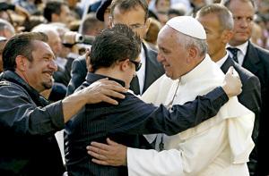 papa Francisco abraza a un chico ciego audiencia general 16 octubre 2013