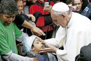 papa Francisco saluda a un niño enfermo en la favela de Varginha Río de Janeiro JMJ 2013