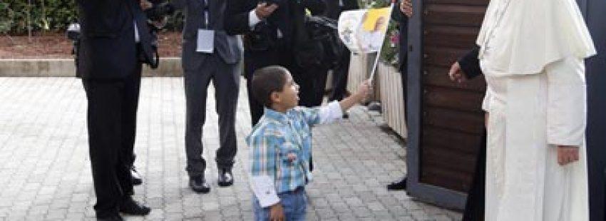 El Papa se encuentra con un niño en la residencia de Cáritas en Asís (EFE)