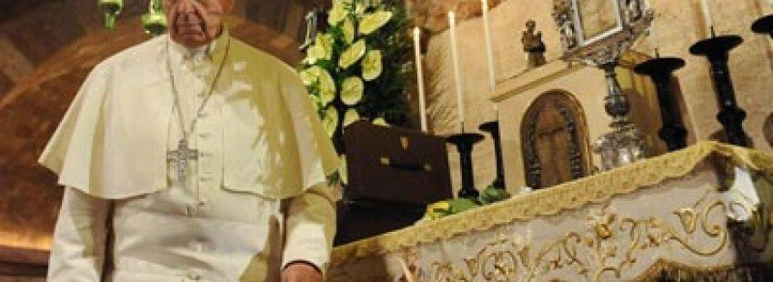 El Papa junto a la tumba de San Francisco en Asís (EFE)