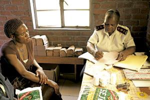 mujer africana recoge medicinas