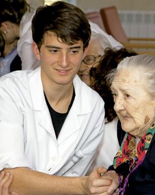 chico joven voluntario en un centro de ancianos
