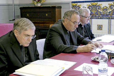 cardenal Lluís Martínez Sistach de Barcelona, Jaume Pujol arzobispo Tarragona y Joan Enric Vives arzobispo de Urgell, en la reunión Conferencia Episcopal Tarraconense octubre 2013