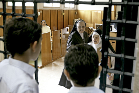 religiosas españolas en convento español a punto de cerrar abriendo sus puertas a la acogida