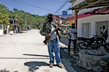 civiles armados policía comunitaria protege las calles de las mafias en Michoacán México