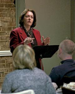 mujer profesora imparte conferencia sobre asuntos de iglesia