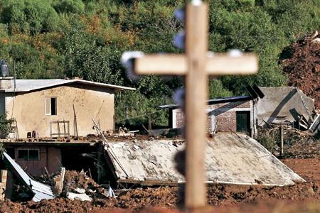crucifijo de madera en un barrio marginal pobre
