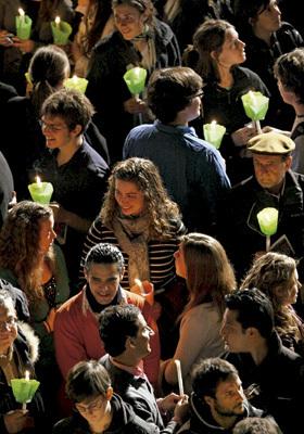 grupo de personas creyentes católicos celebran Pascua con antorchas y velas encendidas