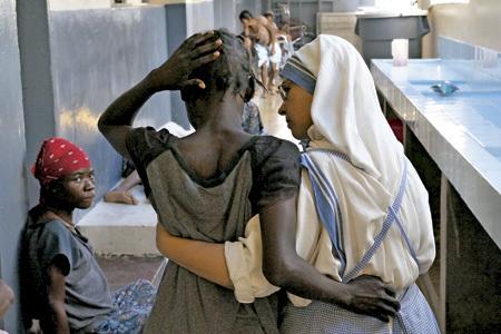 religiosa acompañana a una víctima enferma del sida en un hospital católico en África