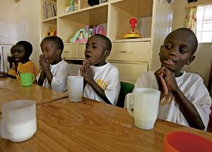 niños huérfanos de padres con sida en África