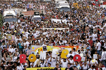 San Salvador miles de personas marchan en el 30 aniversario del asesinato del arzobispo Óscar Romero