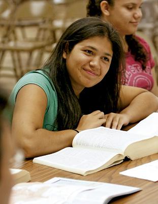 mujer chica joven estudiante de Biblia