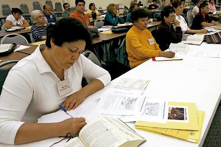 mujeres en un aula estudiantes de biblia