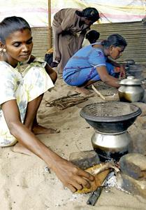 mujeres tamiles en un campo de refugiados