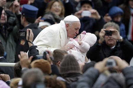 papa Francisco besa a una bebé audiencia general Vaticano 27 noviembre 2013