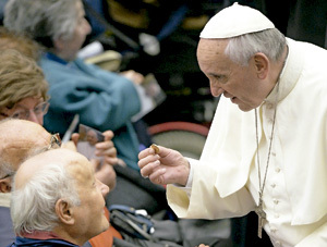 papa con enfermos peregrinos a Lourdes