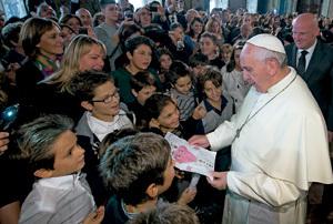 papa Francisco con un grupo de niños en el Palacio del Quirinal