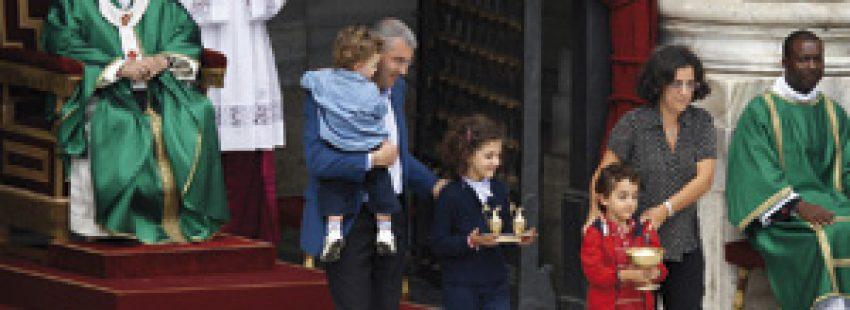 papa Francisco con una familia