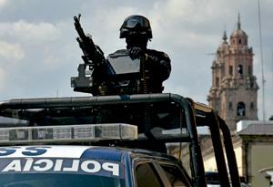 policía federal patrulla por las calles de Michoacán México contra las mafias