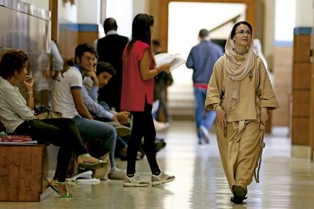 mujer religiosa con hábito estudiante en la universidad camina por los pasillos