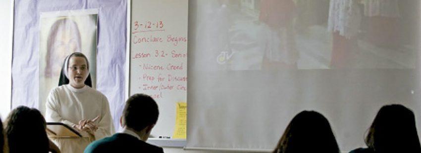 religiosa profesora imparte clases a alumnos en el aula en la universidad