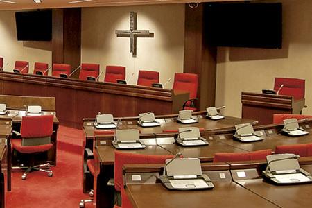 sala de las asambleas plenarias de la CEE vacía