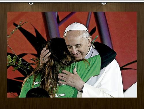 papa Francisco abraza a una joven durante la JMJ Río 2013