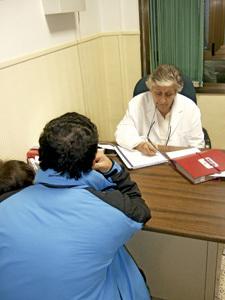 médico pasa consulta a inmigrante sin tarjeta en el dispensario San Antonio de Madrid