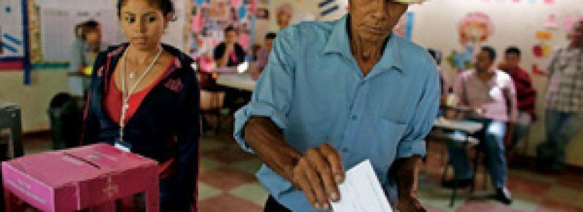 ciudadanos votan en Honduras 2013