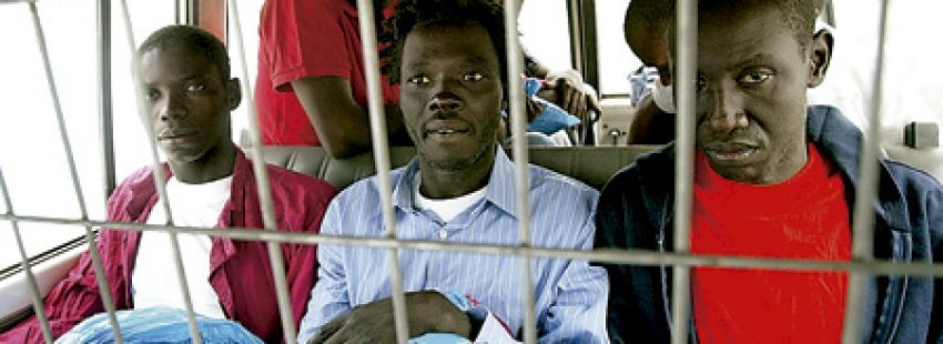 inmigrantes sin papeles en Canarias son trasladados