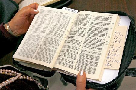 mujer leyendo la Biblia en la Iglesia