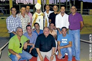sacerdote José Ramón Verea con obreros construyen nueva iglesia parroquial en La Antilla, Huelva, contratados por la Iglesia local