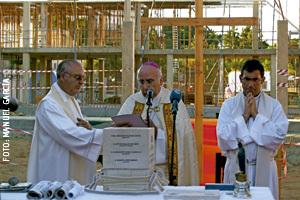 el obispo José Vilaplana en la bendición de la primera piedra obras de contrucción de la nueva iglesia parroquial en La Antilla, Huelva, contratados por la Iglesia local