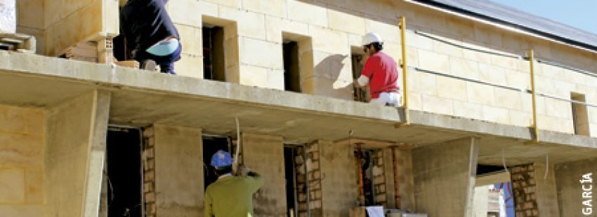 obreros construyen nueva iglesia parroquial en La Antilla, Huelva, contratados por la Iglesia local