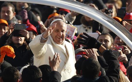 papa Francisco en el Vaticano con frío 11 diciembre 2013