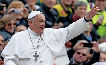 papa Francisco muy sonriente saluda a los fieles
