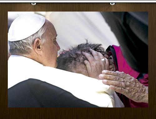 papa Francisco abraza a un enfermo de neurofibromatosis