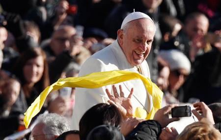 papa Francisco entre los fieles en la audiencia general del miércoles 4 de diciembre