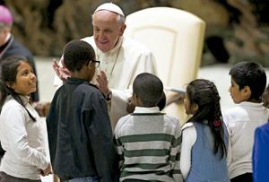 papa Francisco saluda a unos niños en el Vaticano